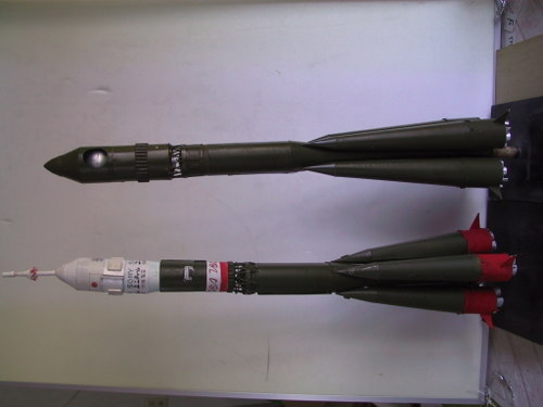 ソユーズロケット(左)、ボストークロケット(右)