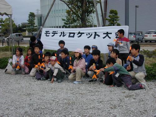 子供モデルロケット教室の小学生達